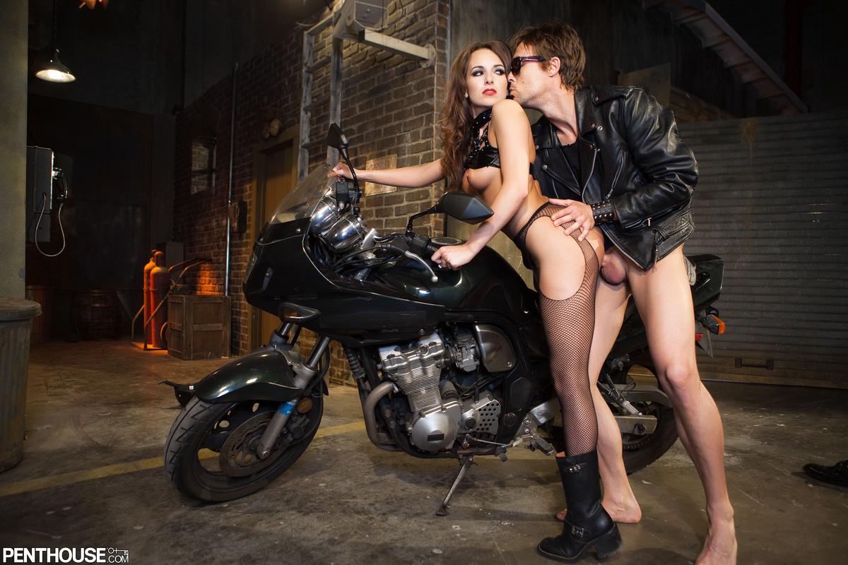 мотоцикла сосет в видео у гараже